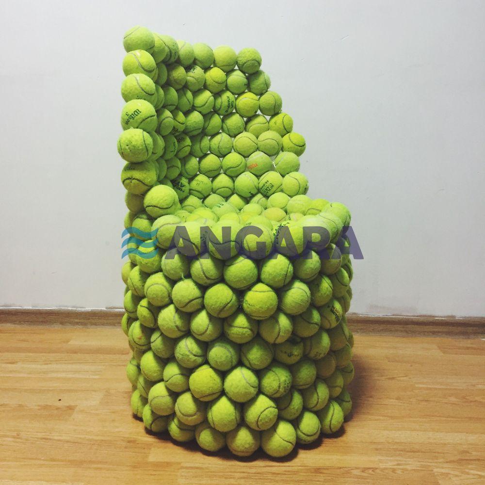 Арт-объект - кресло из теннисных мячей