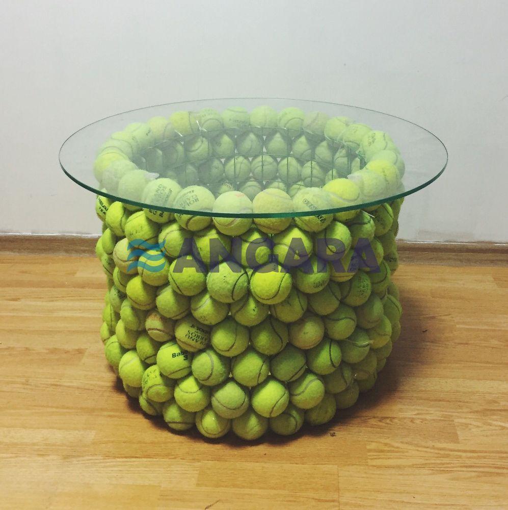 Арт-объект - стол из теннисных мячей