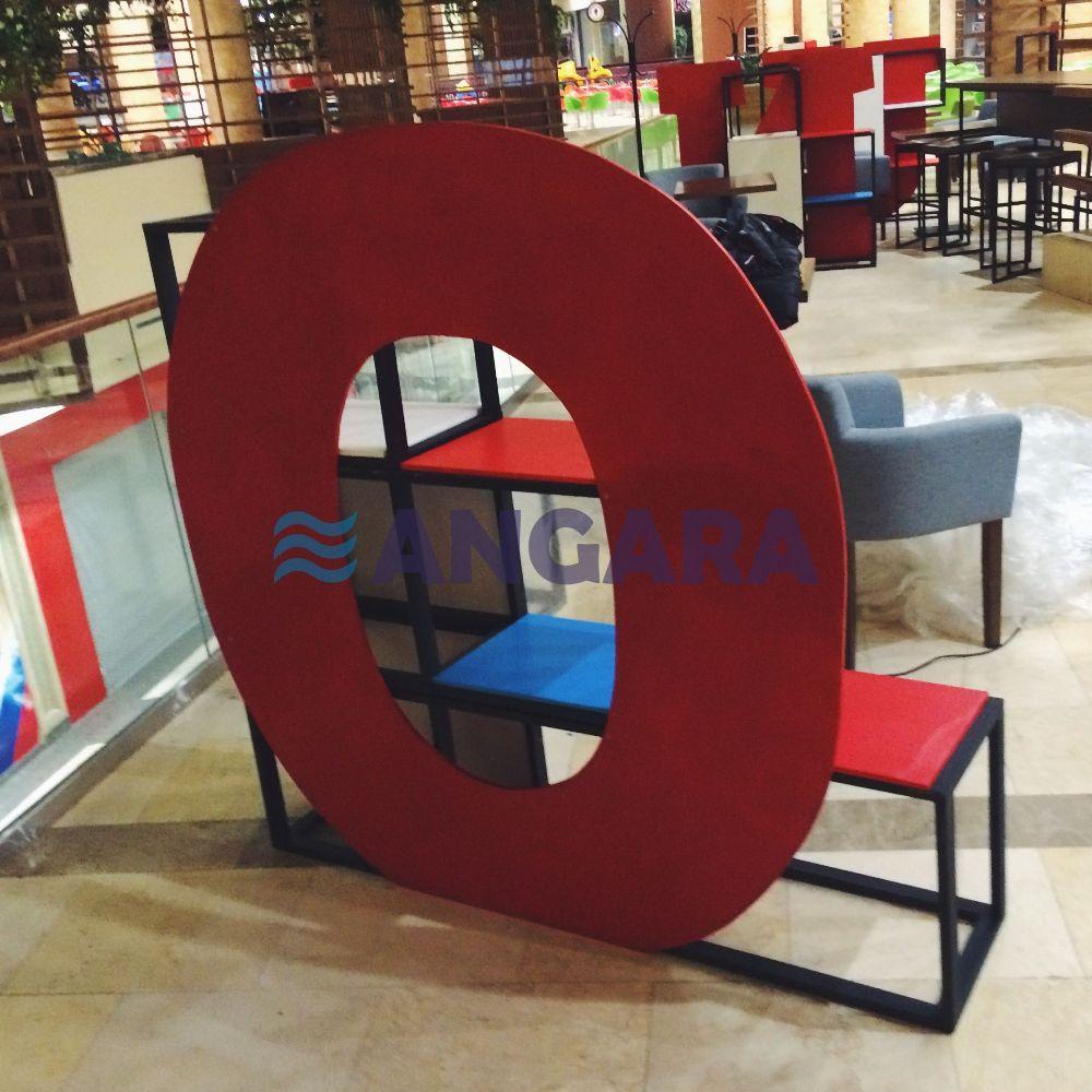 Буква-стеллаж для рекламного оформления кофейни